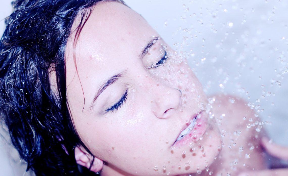 Nie oczyszczaj twarzy pod prysznicem. Nie popełniaj tego błędu!
