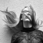 elektryzujące się włosy