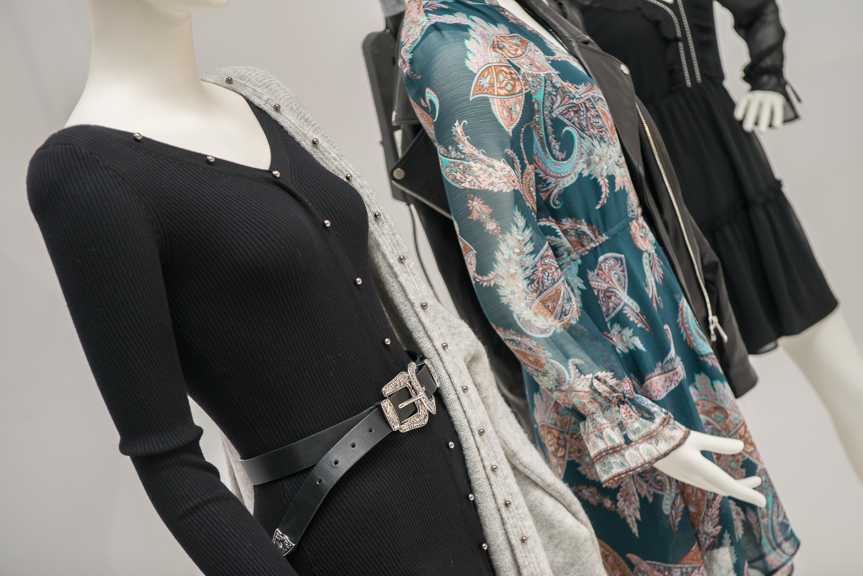 caea52c8adb4f Linia Vintage Love to romantyczna odsłona kolekcji. Kwieciste sukienki,  czerwony, dzianinowy total look i absolutny hit – kożuch w kolorze koniaku,  ...