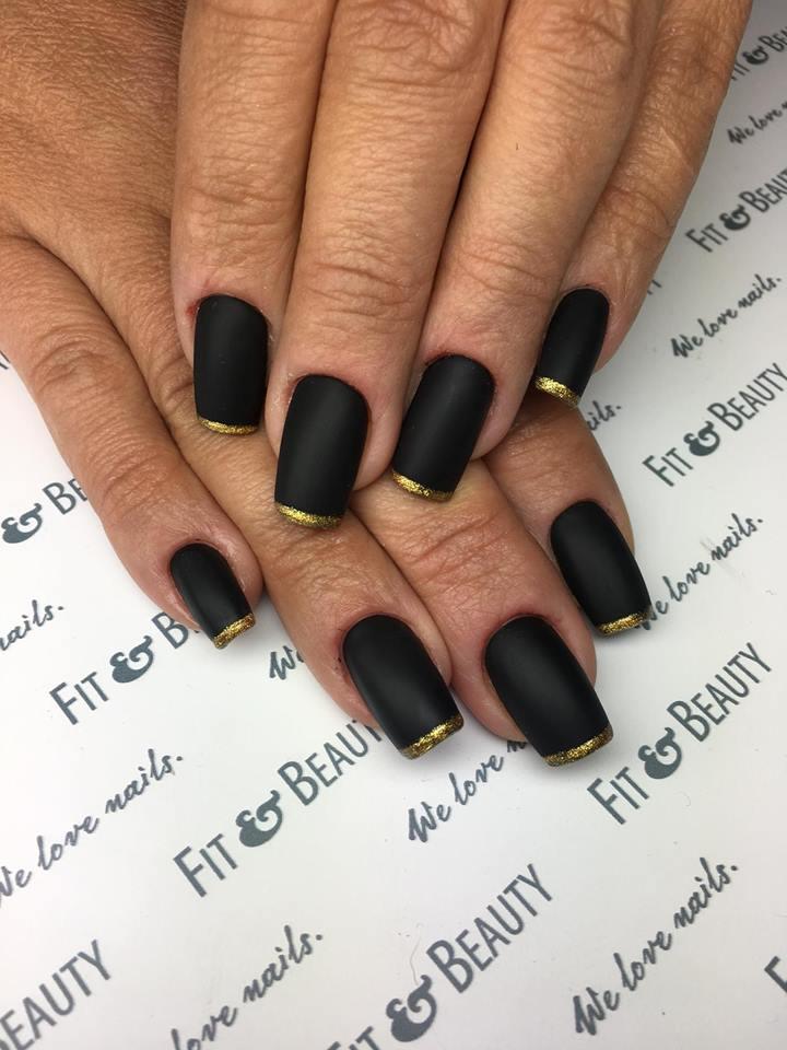 Czarny kolor to jest z trendów manicure na jesień 2018