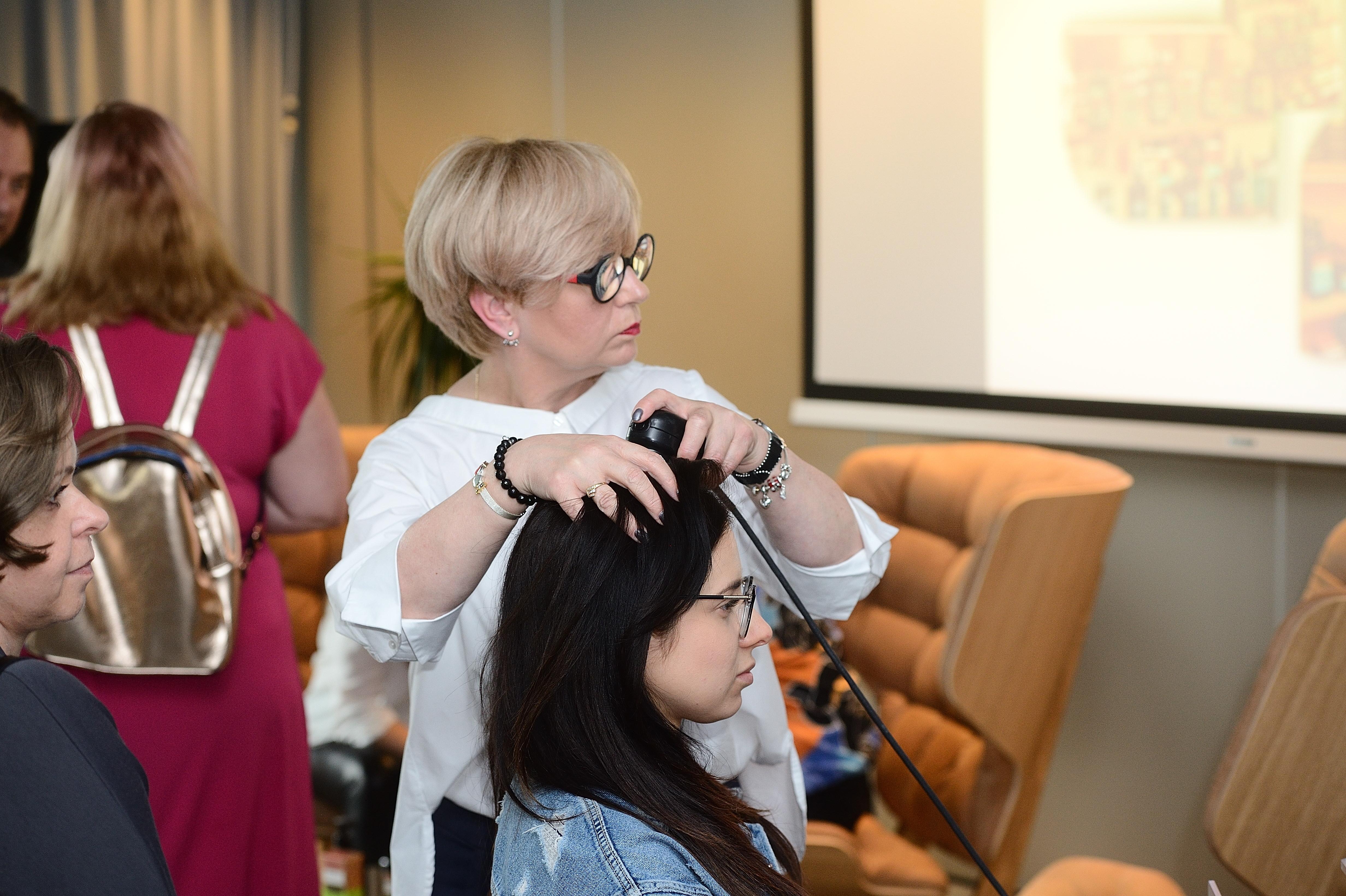 Tego dnia na gości czekała trycholog- Iwona Zagórska, każda z obecnych osób mogła przebadać stan skóry włosów
